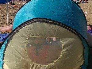 Oui, là de dos, c'est moi allongée squattant la tente de Ouistiti ! Et à côté c'est PapaDeOuistiti qui joue avec lui