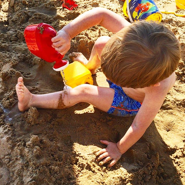 S'arroser les pieds pour enlever le sable qui colle