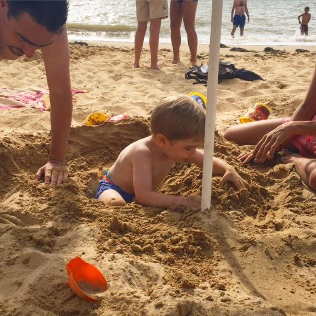 Faire des trous dans le sable pour se cacher dedans
