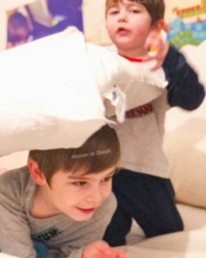 bataille d'oreillers-complicité fraternelle-jouer avec son frère